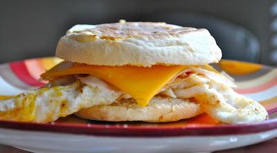 Desayuno de antojo: English Muffins con queso y huevo estrellado (15 minutos)