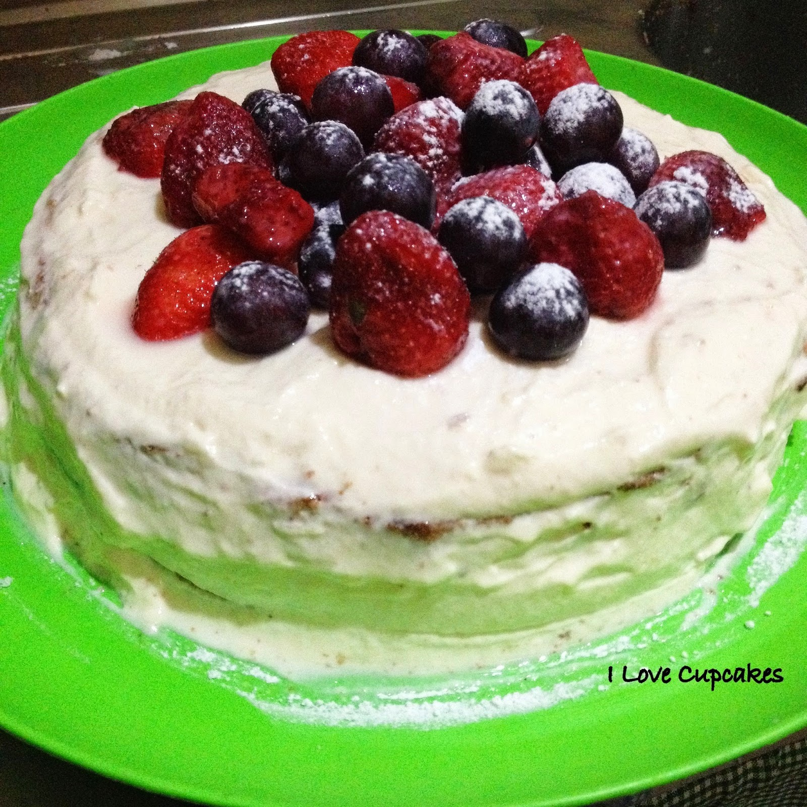 bolo com cobertura de chantilly e ganache