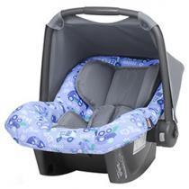 Criança segura no carro