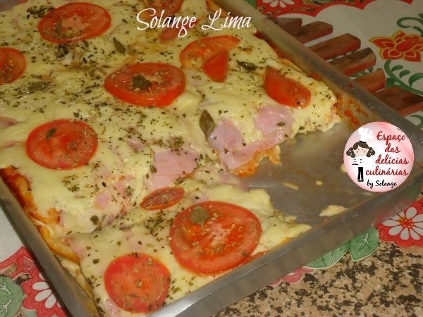 Pizza de presunto, queijo e manjericão