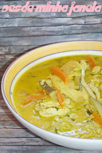 Peixe ao curry e iogurte com legumes