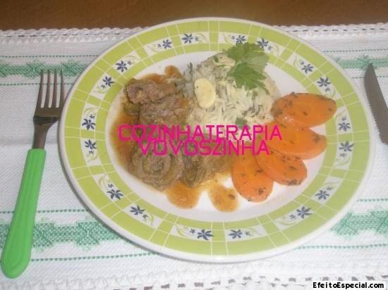 Bife a rolê recheado com abobrinha e arroz com cogumelos e ervas