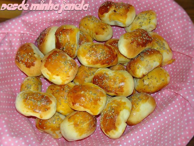 Pãezinhos recheados com linguicinhas defumadas, pasta de tomate seco e requeijão