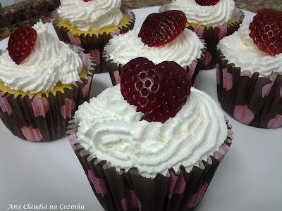 Cupcake de Amêndoa Recheado Com Morango e Ganache de Chocolate Branco
