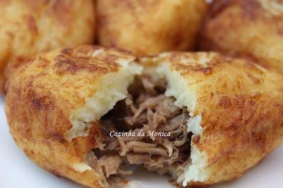 Bolinhos de batata e carne desfiada.