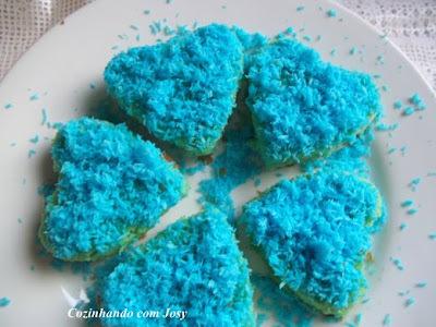 Bolo de Amêndoas c/Coco azul - BC AS cores do Arco Iris