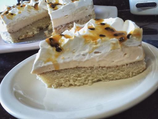 bolo de maracuja com chantily de maracuja