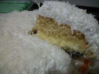 Bolo cremoso de coco com cobertura marshmallow