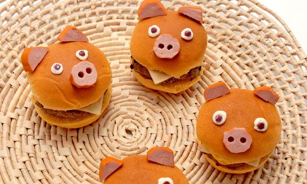 Hambúrguer Divertido com Cara de Porquinho da Fazenda.