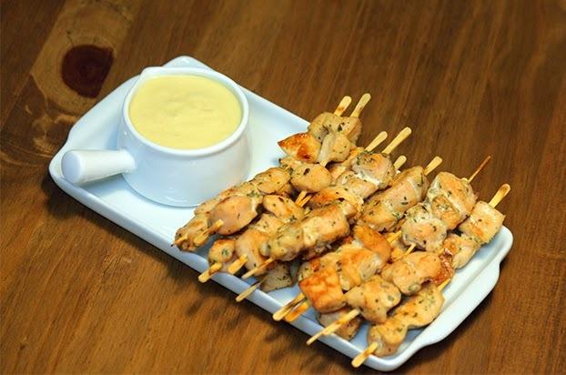 Espetinhos de frango ao molho de mostarda dijon