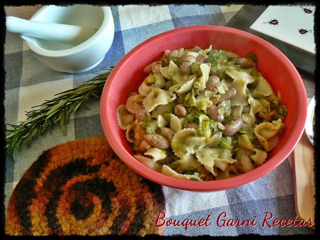 Guiso de porotos Cranberry, fideos con harina de amaranto y vegetales