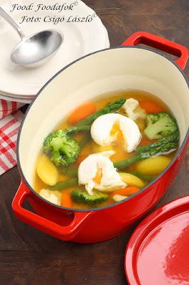 Zöldspárga leves tavaszi zöldségekkel és buggyantott tojással