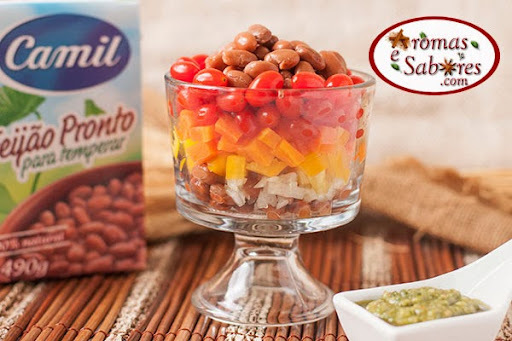 Salada Raios de Sol com feijão, legumes e molho pesto - Com seu tempero fica muito mais gostoso