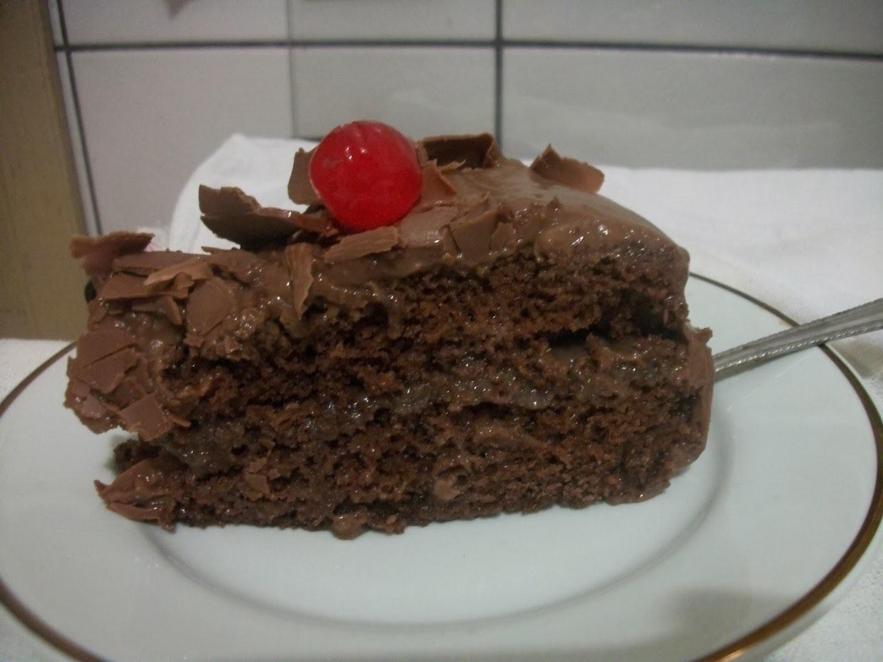 Pão de ló de chocolate com recheio e cobertura