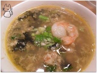 Soupe aux crevettes, porc et algues