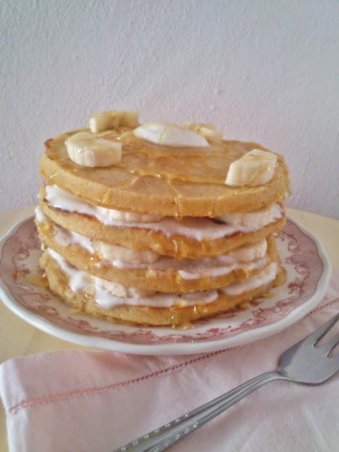 Tortitas americanas con yogur, plátano y miel