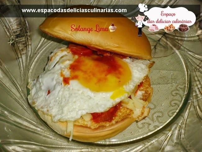 Sanduíche caseiro com molho de cachorro quente