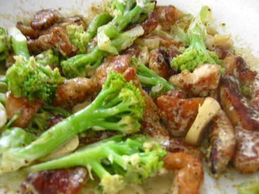 Iscas de frango empanada com brócolis