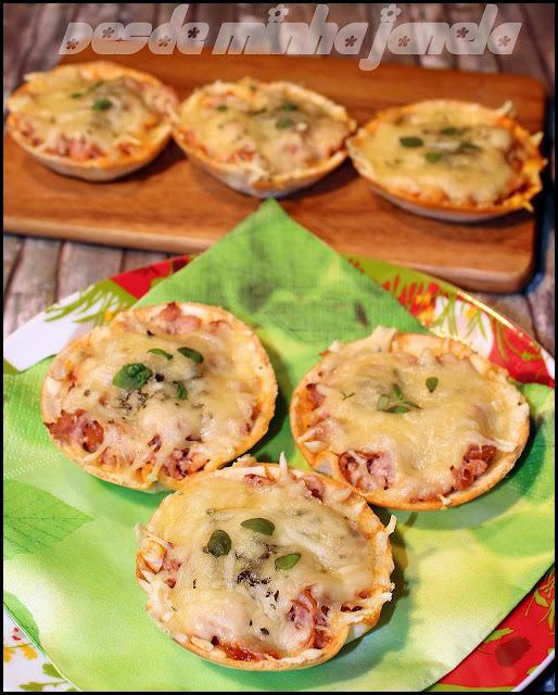 Minis pizzas super práticas feitas com massa de wrap e recheadas com salsicha e queijo
