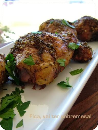 comida simples com coxa e sobrecoxa de frango