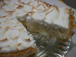 Torta cremosa de coco com cobertura de marshmallow