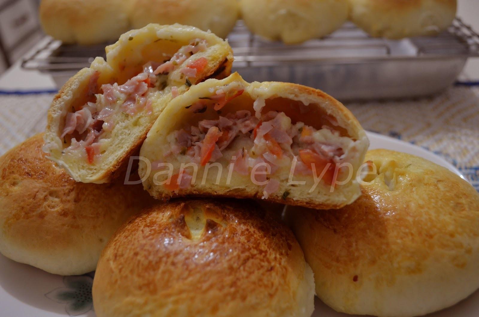 pão salgado recheado de presunto e queijo