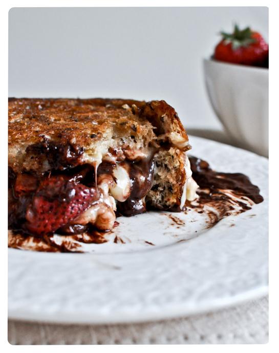Sanduiche grelhado de morango, chocolate e queijo