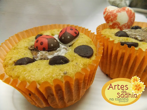 Cupcake de banana com farinha de coco decorado com chocolates com transfers Stalden Decor