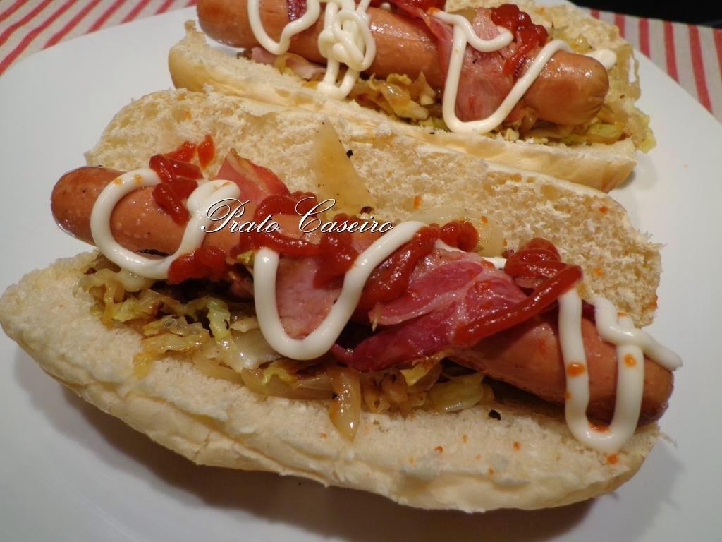 Cachorro quente enrolado em bacon com couve salteada