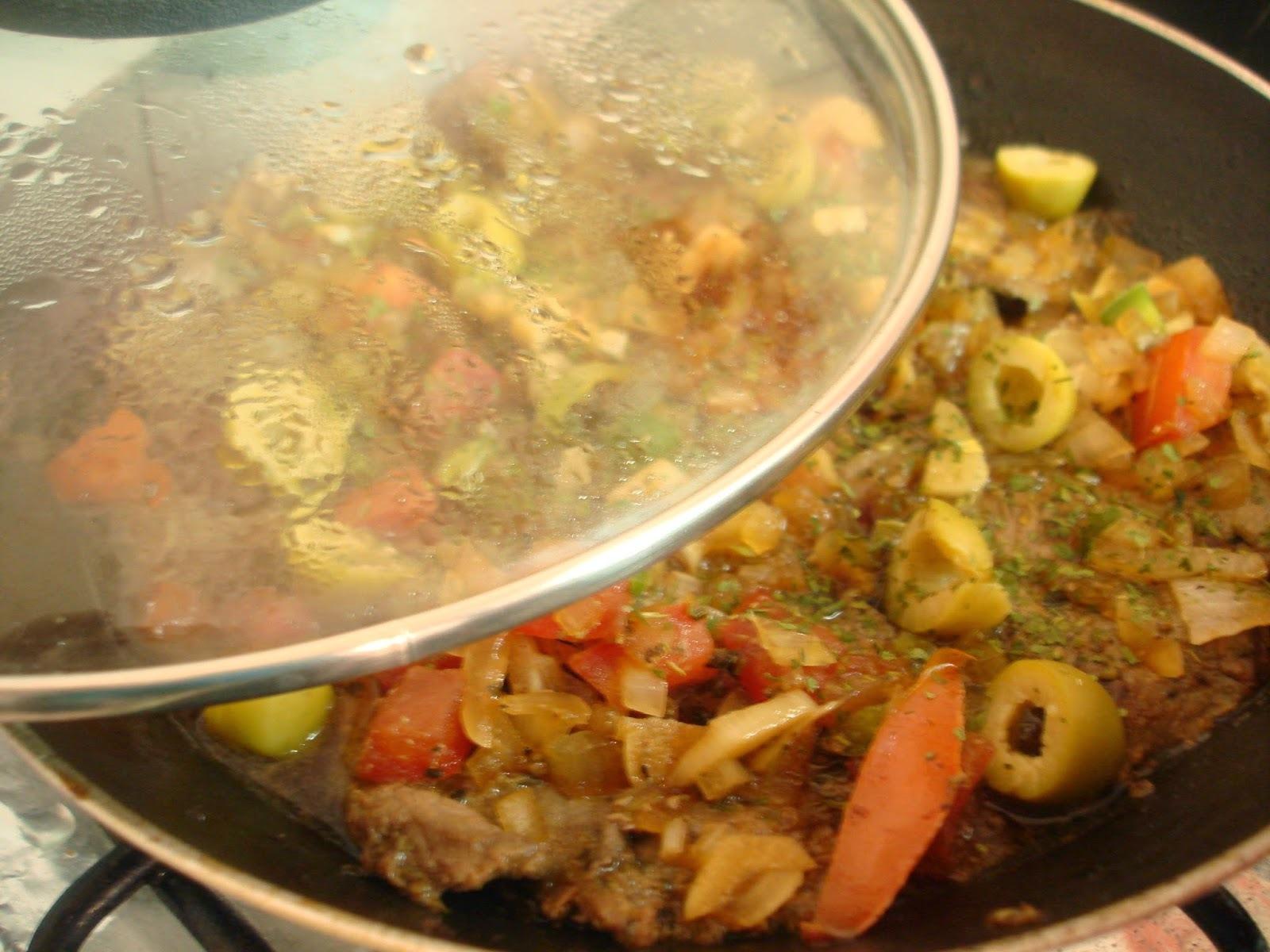 Bifes de filé mignon na frigideira com verduras e azeitonas