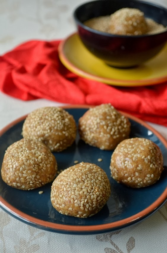 Til mawa ke Laddoo : Sesame seeds sweet balls