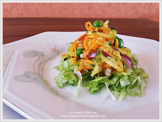 Salada Crua de Abobrinha Cenoura e Ervilha