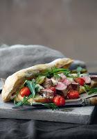 Σάντουιτς με μπριζόλα, ντοματίνια και ροκφόρ