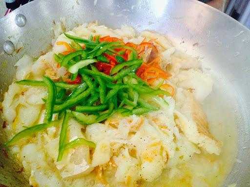 Bacalhau salteado com legumes e Gergelim Torrado.