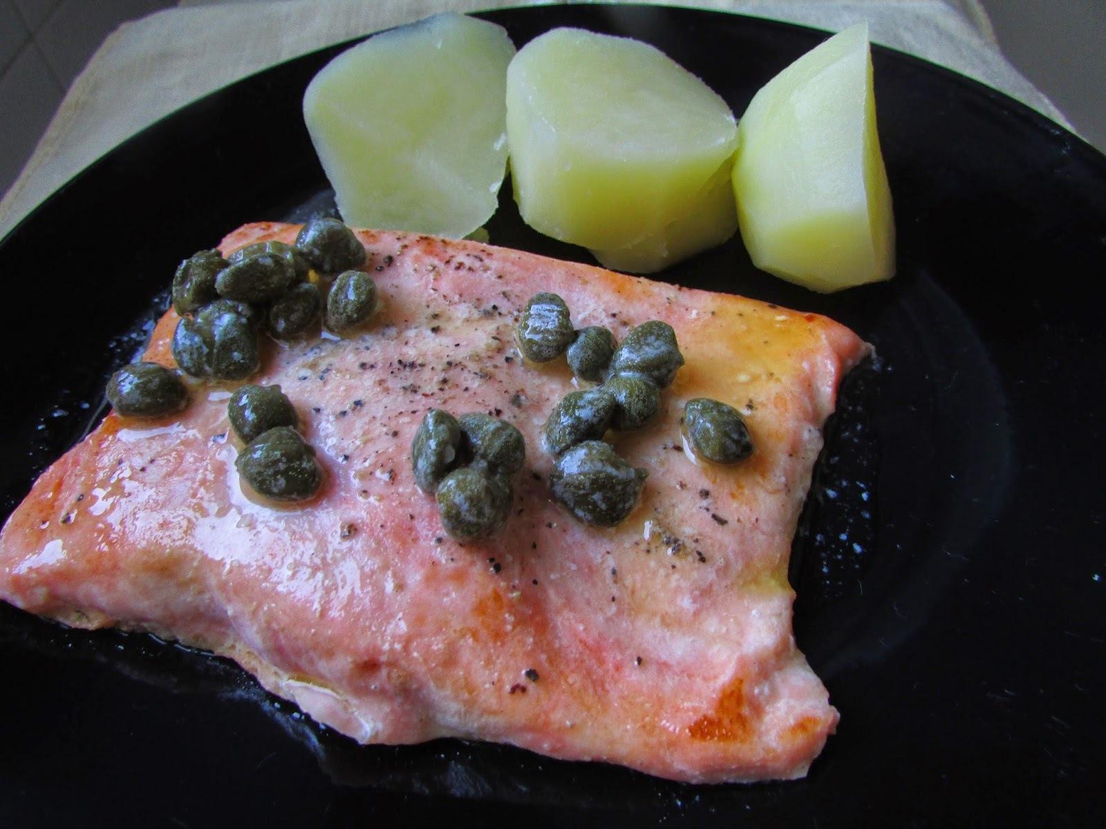 salmão grelhado na frigideira ao molho de alcaparras