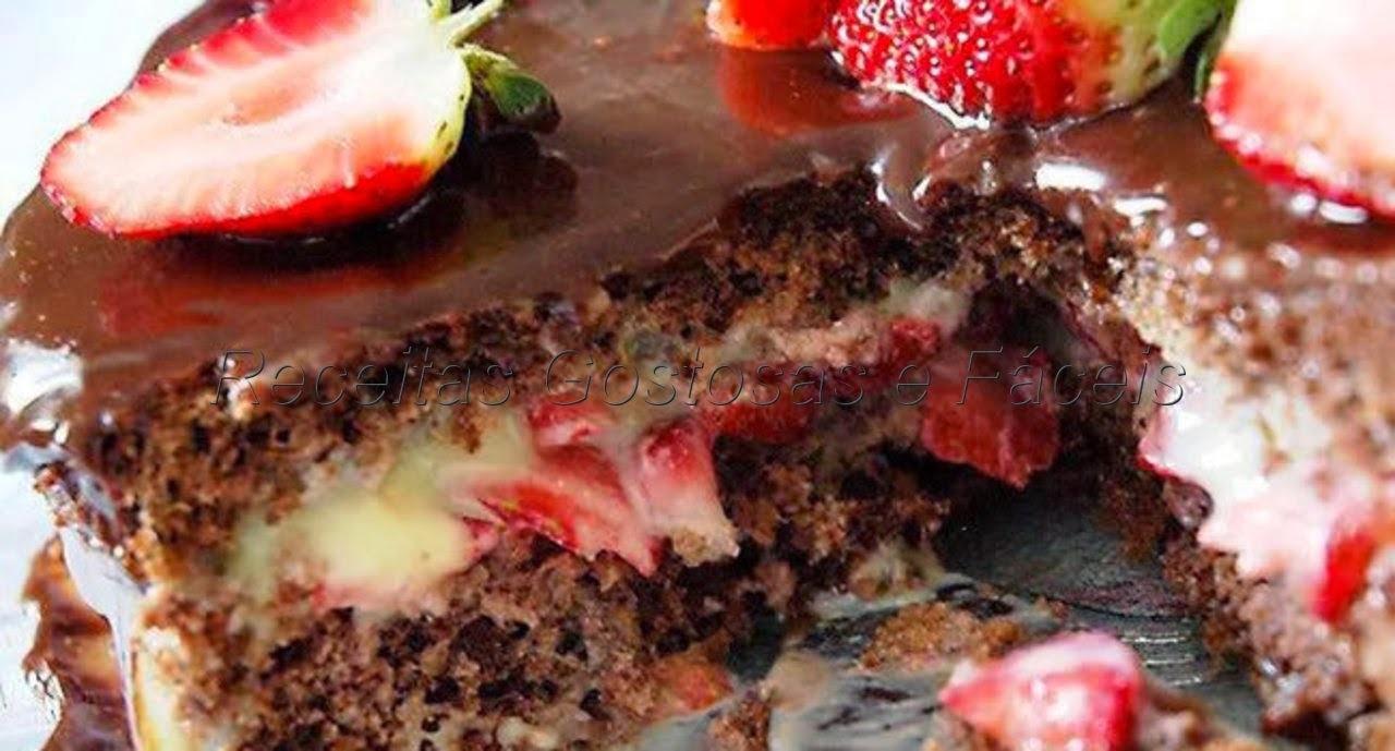 Bolo de chocolate recheio de beijinho e morangos
