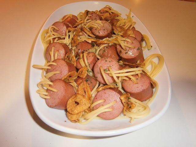 Espaguetis anudados (frankfurt al aglio e olio)