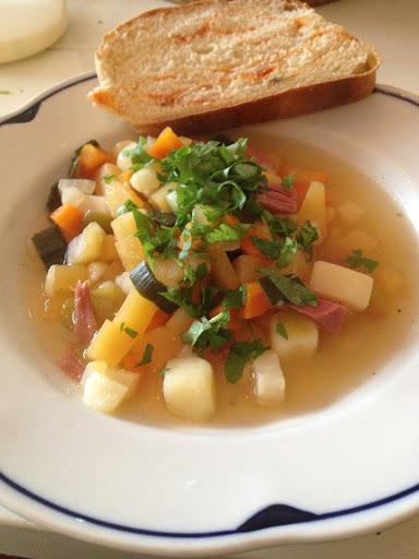 Betasuppe med rustikk brød med ajvar og oliven