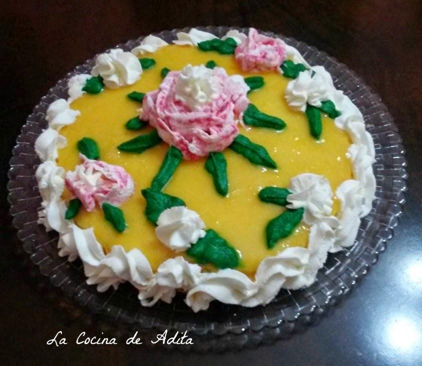 Tarta de yemas, con flores de nata