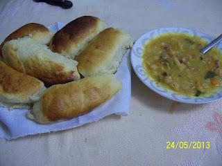 Sopinha de grão-de-bico com legumes e pão de batata da vovó Rô