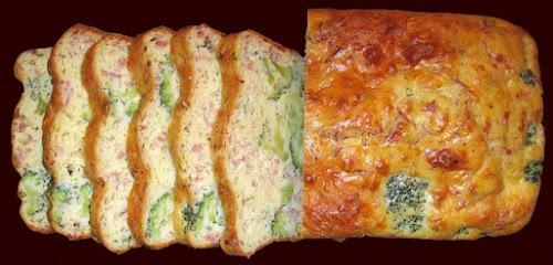 pão de ovo com brócolis, presunto e muçarela