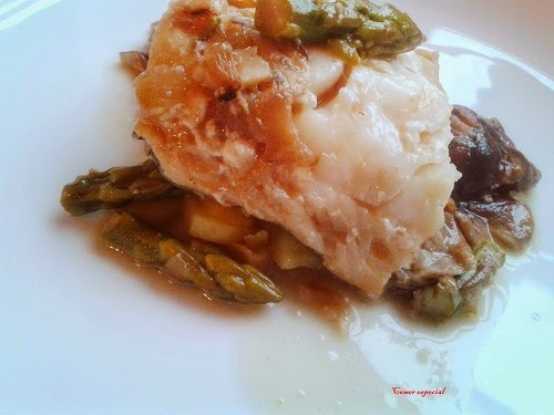 Bacalao en salsa de vino blanco con espárragos y setas