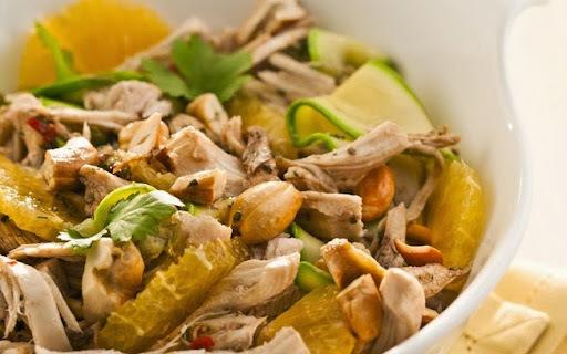 Salada de Frango Desfiado com Laranja, Abobrinha e Molho Agridoce