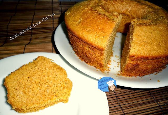 bolo de milho com forma untada com canela e acucar