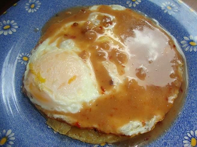 Huevo con Salsa de Frijol y Chipotle