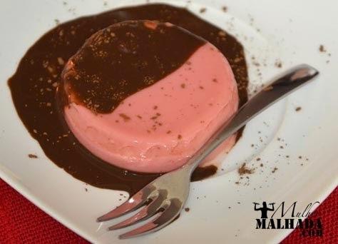 Receita Fitness de Mousse de Morango com Calda de Chocolate