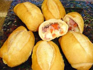 de mini pão recheado com presunto e mussarela