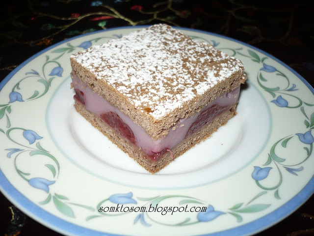 Kakaový koláč s pudingom a ovocím