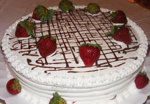 bolo de aniversario decorado com morango