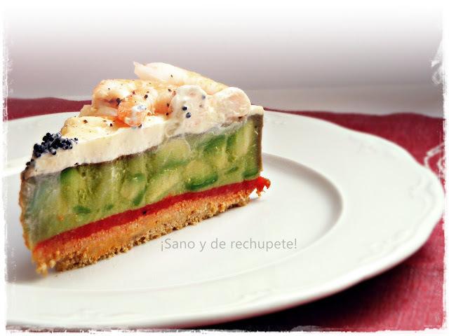 Tarta salada de aguacate, piquillos y langostinos